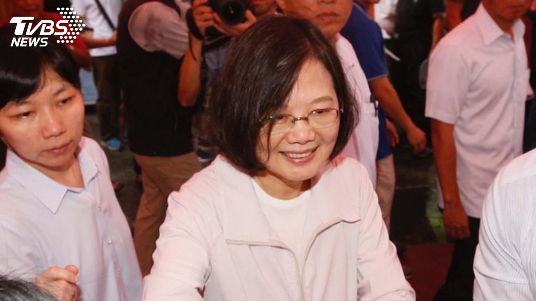 圖/中央社 參香走訪年貨大街 蔡總統人氣破表