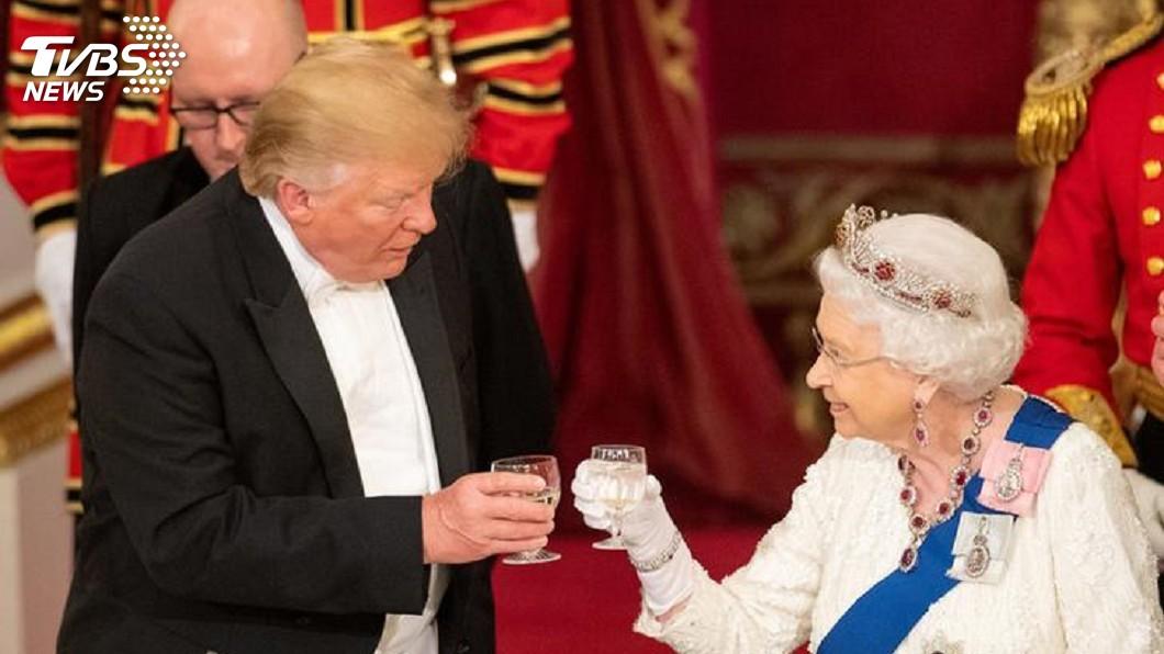 圖/達志影像路透社 和女王「擊掌」? 原來是川普握手動作太卡