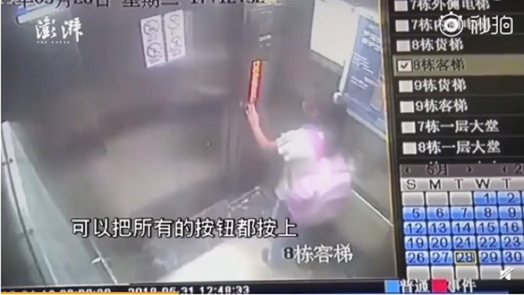 女童面對電梯墜落,立刻按下所有樓層按鈕。圖/翻攝自澎湃新聞微博影片