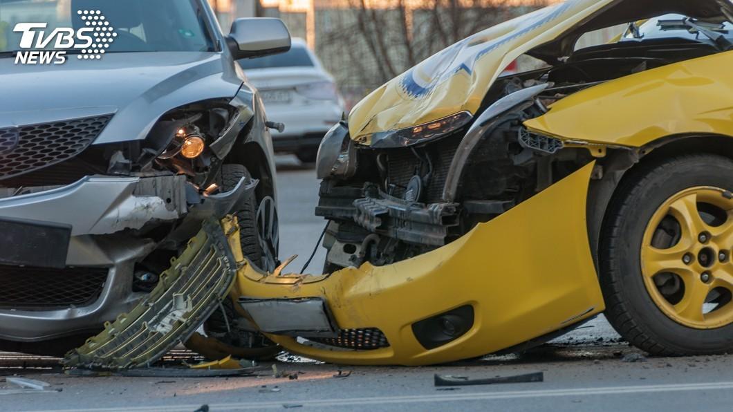 示意圖/TVBS 福岡白色休旅車暴衝700公尺 轎車被撞到翻