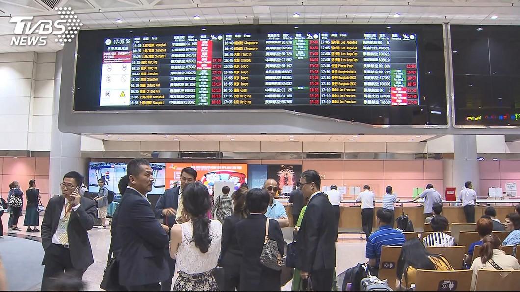 圖/TVBS 陸航張家界延飛9小時 台客拍桌怒飆地勤