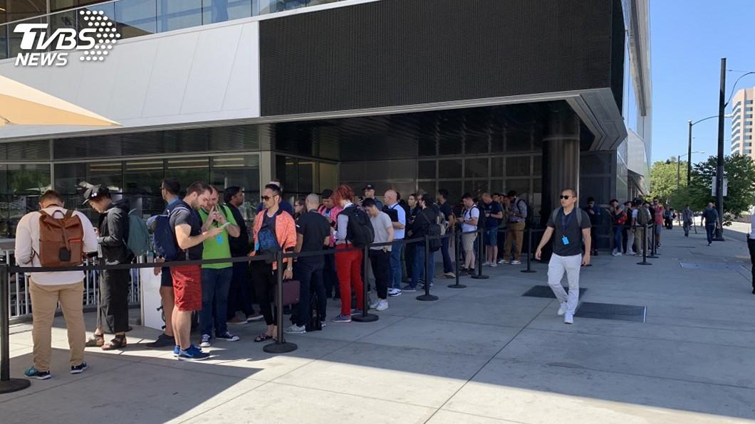 圖/中央社 WWDC限定專賣店 果粉苦候逾3小時搶購