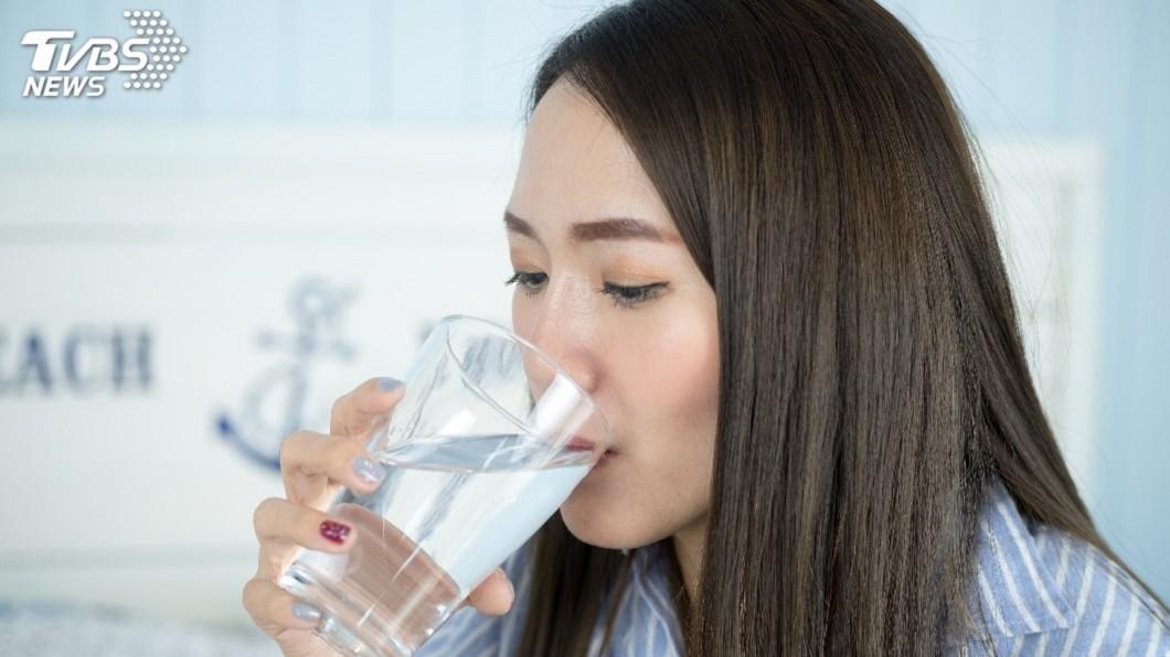 建議民眾日常多攝取水分,讓殘留物經由尿液排出體外,減少危害健康因子傷身。圖/TVBS