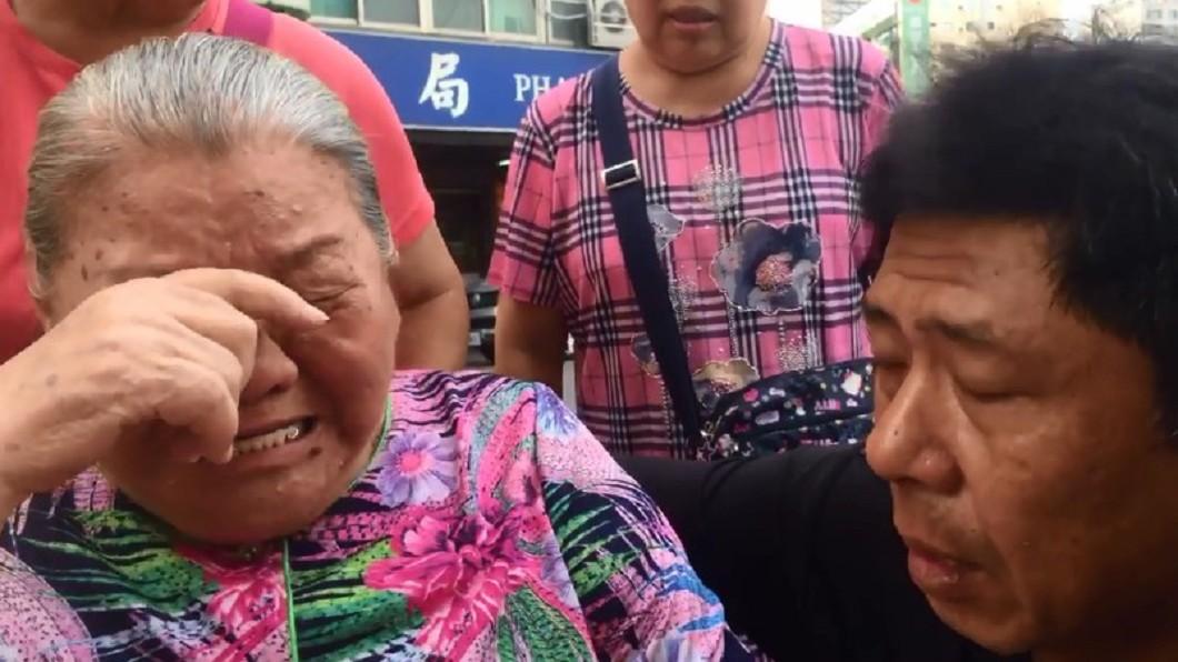 左營91歲阿嬤心疼韓國瑜被人欺負,難過得泣不成聲。圖/翻攝杏仁哥臉書 9旬嬤心疼韓國瑜「被欺負」爆哭 李佳芬抱病探望