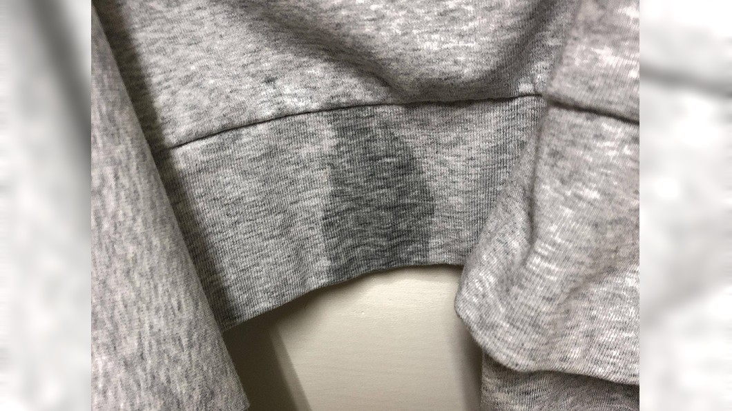 女網友回家發現外套上有不明液體,一聞發現竟是男子的精液。圖/翻攝Dcard