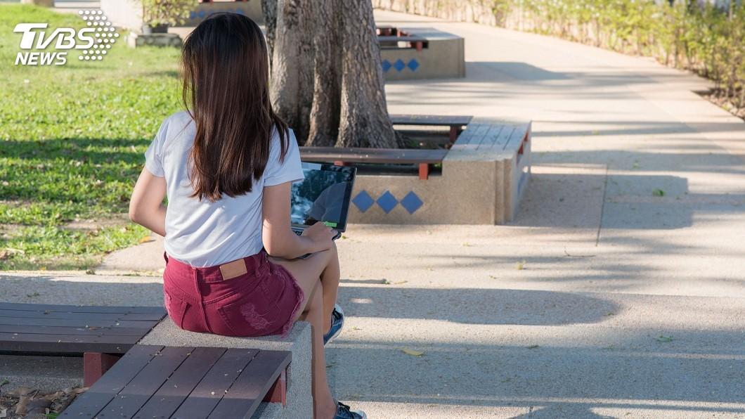 夏日到來,不少女性的穿著會比較輕薄避免太熱。(示意圖/TVBS) 用餐瞥見白襯衫OL內衣「脱鉤」 他嚇壞問:怎麼辦?