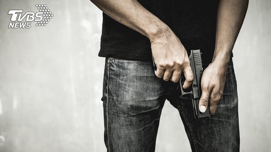 2名員警比槍法,流彈打死一名5歲男童,引發當地全民公憤。(示意圖/TVBS) 醉警比「誰是神槍手」…流彈打中5歲童亡 民怒包圍警局