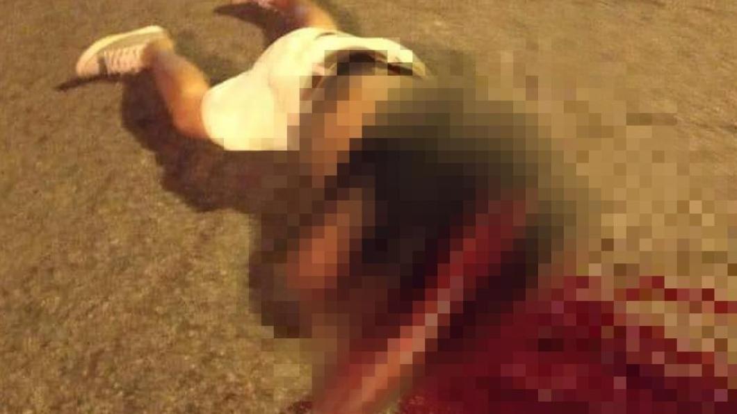 翻攝自/中國報 騎士自撞遭「斬首」!頭顱噴飛6公尺 腦破碎塊四散慘死