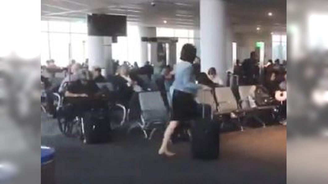 圖/翻攝自AlexBrownFOX4KC Twitter 洛杉磯機場停電4小時! 交通大亂乘客坐地苦等