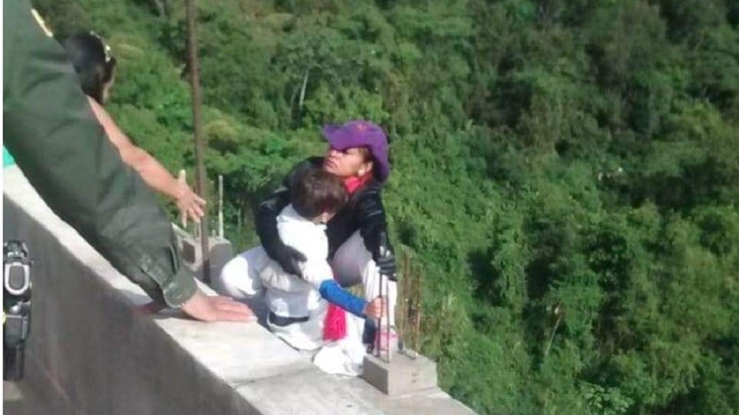 圖/翻攝自 Morelos Hoy 臉書 10歲童哭喊抓欄杆「我不想死」 媽媽強抱跳下去