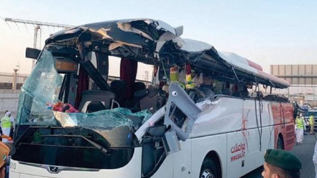 圖/翻攝推特 頭直接被削掉!巴士誤闖幹道 猛撞限高柱17人慘死