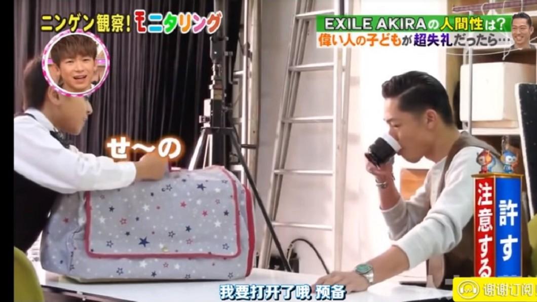 AKIRA被男孩寵物嚇得灑了一地咖啡,事後自己清理乾淨。圖/翻攝Youtube
