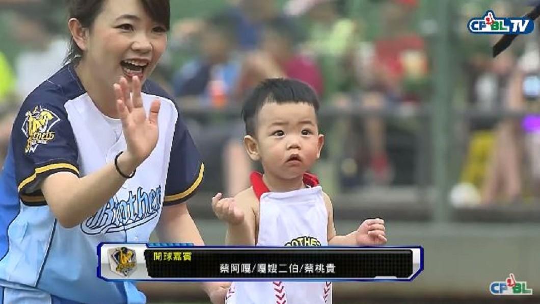 圖/翻攝自中華職棒CPBL youtube 超萌星二代開球 韓團偶像背兒登投手丘
