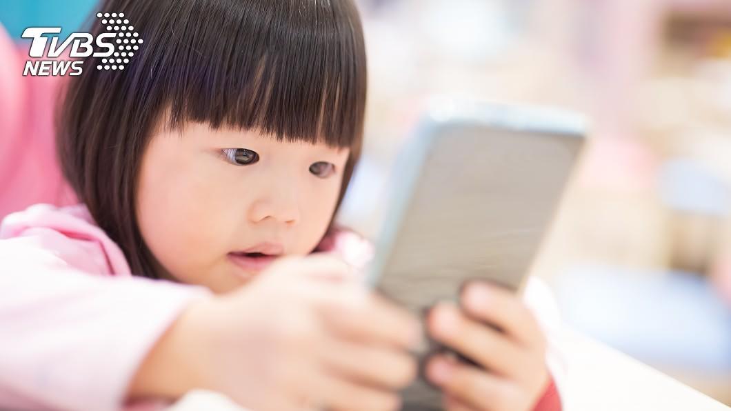 不少家長讓孩子從小就接觸手機和平板電腦,這對孩童的眼睛長期會造成嚴重傷害。(示意圖/TVBS) 家長讓她從1歲就看手機 2歲女近視9百度「回不去了」