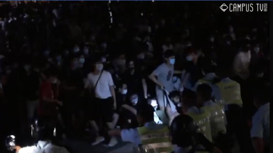 圖/翻攝自香港大學學生會校園電視臉書 香港反送中示威 部分抗議者在立法會與警爆衝突