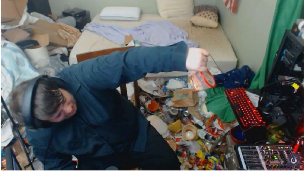 美國一名直播煮透露,自己14年來從未打掃過房間,房內髒亂不堪。(圖/翻攝自YouTube) 直播主愛打電玩…14年沒打掃房間 屋內挖出活蛆和尿瓶