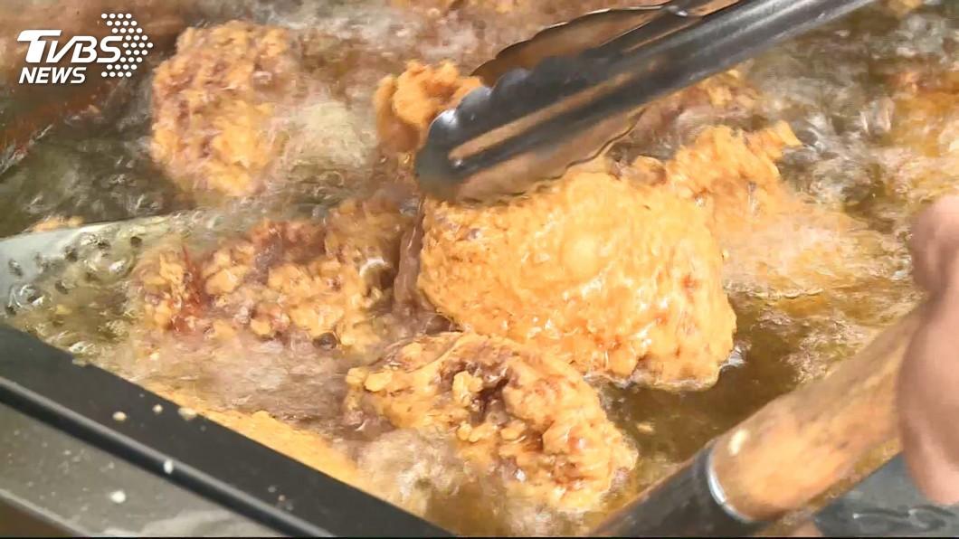 炸雞的美味常讓人無法抗拒,不少民眾超愛吃。(示意圖/TVBS) 送暖!油鍋熱到滿身汗 老闆贈19桶炸雞給育幼院孩子吃