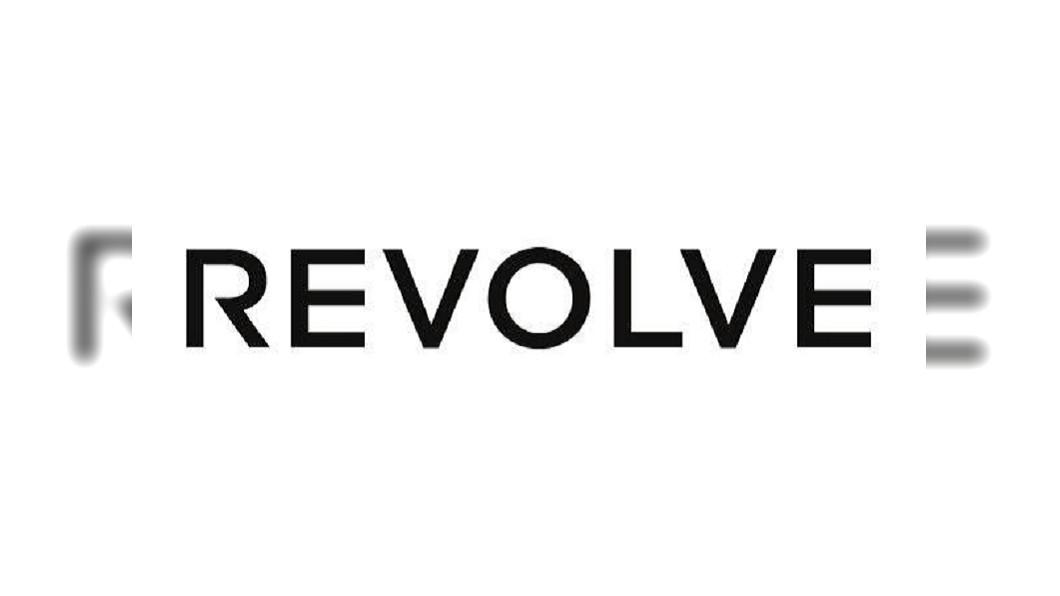 圖/翻攝自REVOLVE臉書 靠網紅成功行銷 潮牌網購上市股價翻倍