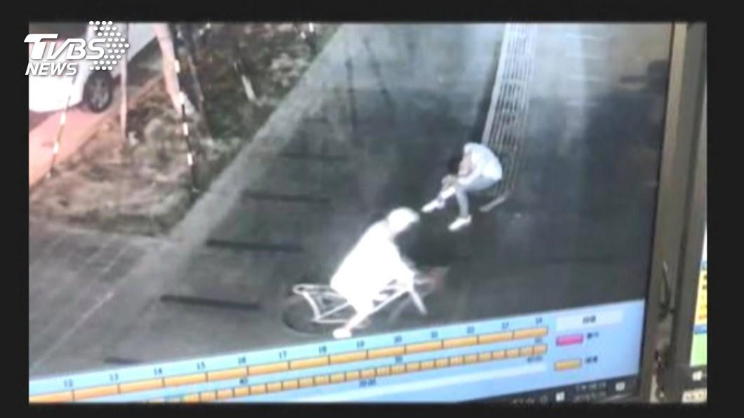 圖/TVBS 路倒信義區百貨廣場外 醉客遭竊80萬勞力士