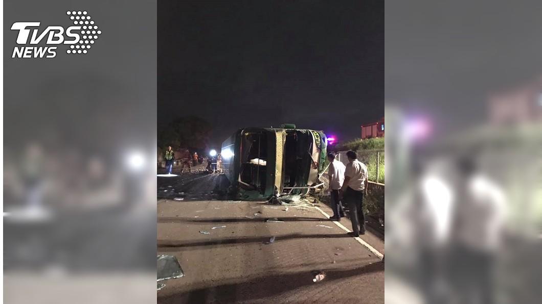 圖/TVBS 快訊/遊覽車衝邊坡翻覆 2死14輕重傷