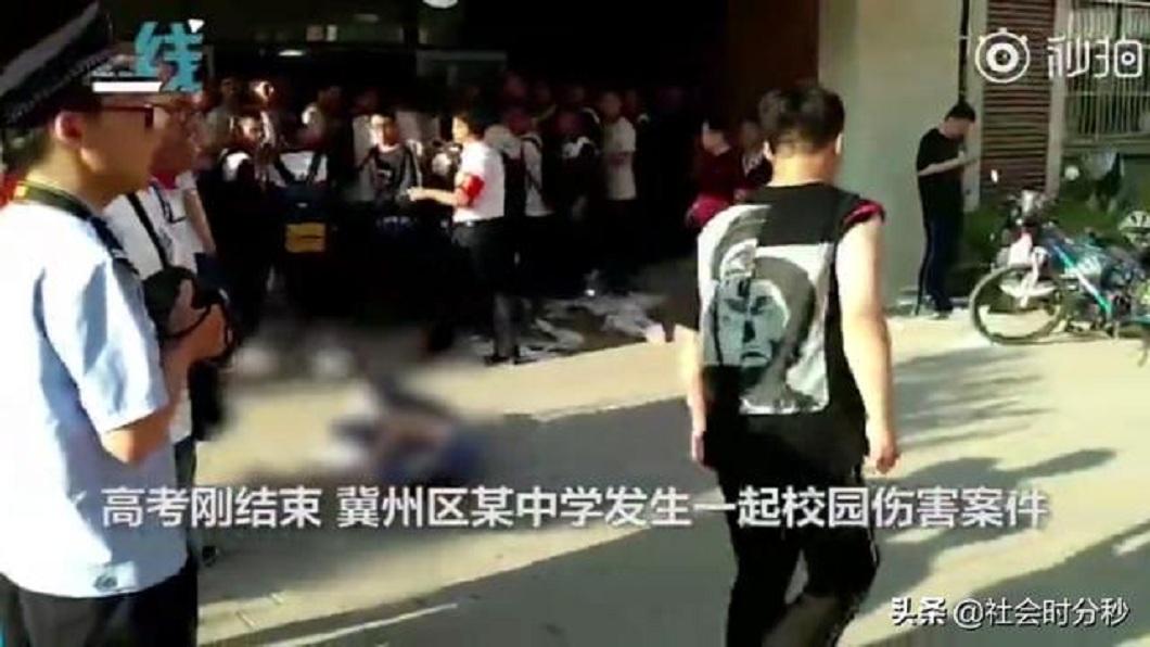 山東日前發生一名男學生持刀闖入,當眾刺女學生頸部的事件。(圖/翻攝自陸網) 資優男情傷過不了 闖考場持刀當眾刺學霸前女友脖噴血亡
