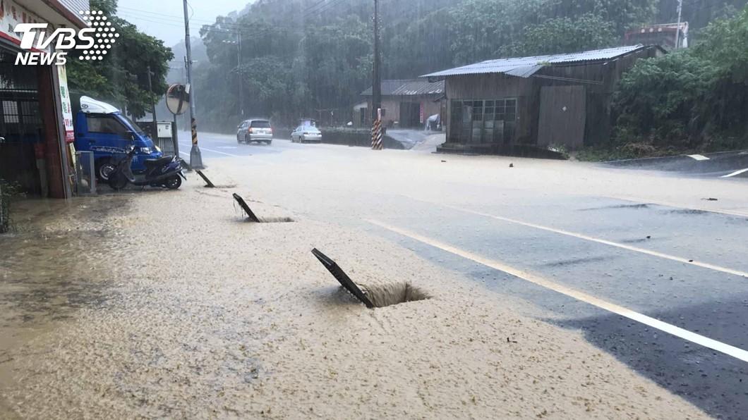 圖/中央社 梅雨鋒面降大雷雨 苗栗通霄見泥流倒樹