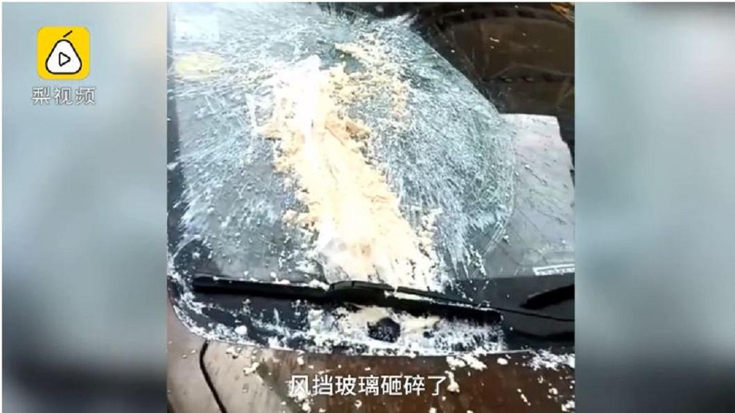 一名女子發現自己愛車停在路邊,擋風玻璃竟被嫩豆腐砸碎。(圖/翻攝自梨視頻) 愛車擋風玻璃被砸碎…車主傻眼「凶器」 竟是1塊嫩豆腐
