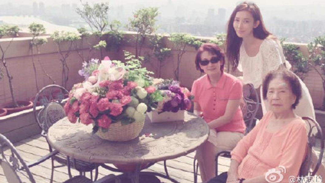 有消息指出,林志玲和Akira交往半年就結婚,是為了要替母親吳慈美沖喜。(圖/翻攝自微博)