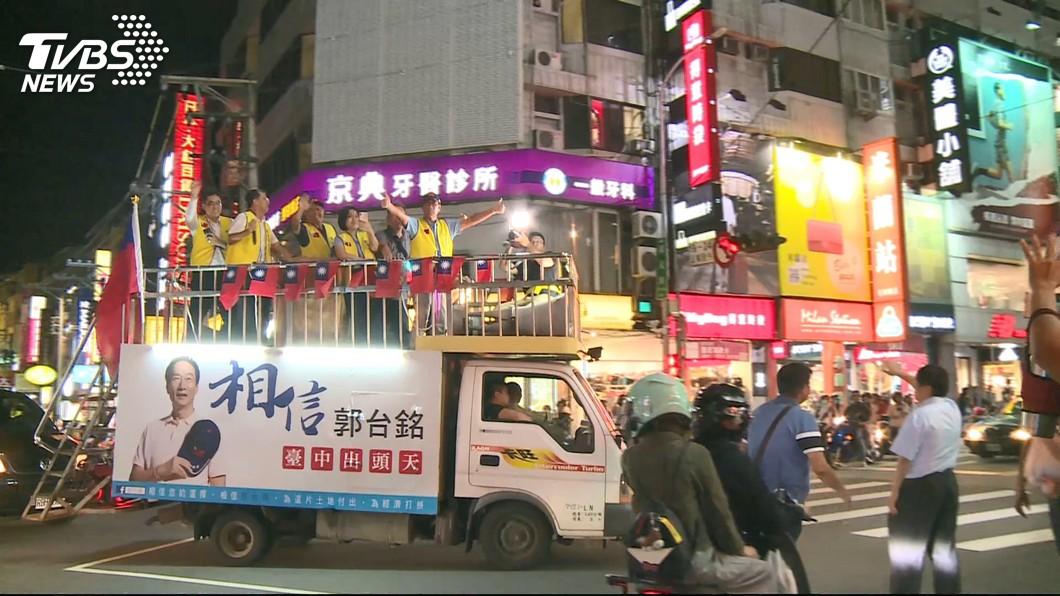 郭台銘昨前往逢甲夜市。圖/TVBS