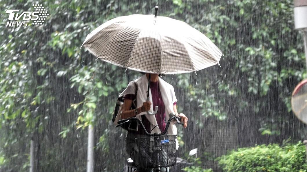 圖/中央社 颱風丹娜絲來襲 台南、恆春雨量恐達500毫米