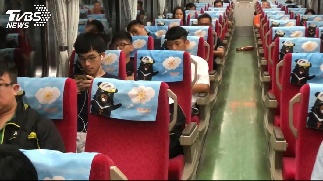 火車是國內主要的大眾交通運輸工具之一。(示意圖/TVBS) 厚顏大媽搭火車沒買座票 硬擠站在位子前「臀部對臉」