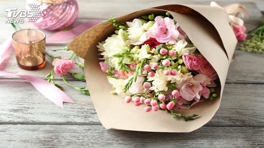 花束在市面上很常見,不少民眾喜歡買來送人。(示意圖/TVBS) 兒國小畢業…辣媽自製「澎湃零食花束」 同學嗨翻搶光光
