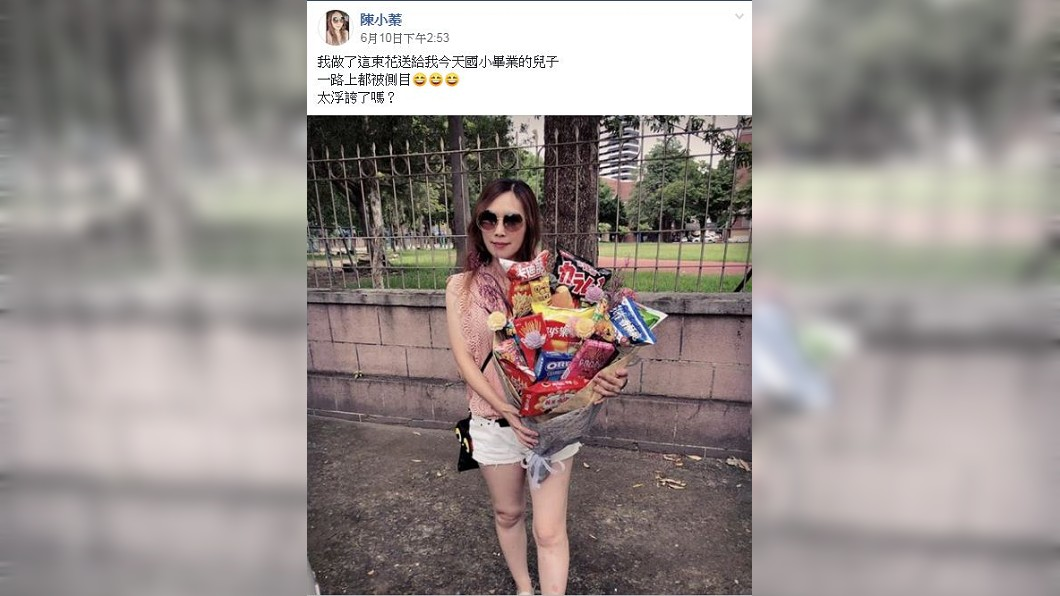 一名女網友的國小兒子畢業,她準備了一束零食花束給兒子,給他難忘的回憶。(圖/翻攝自爆廢公社二館)