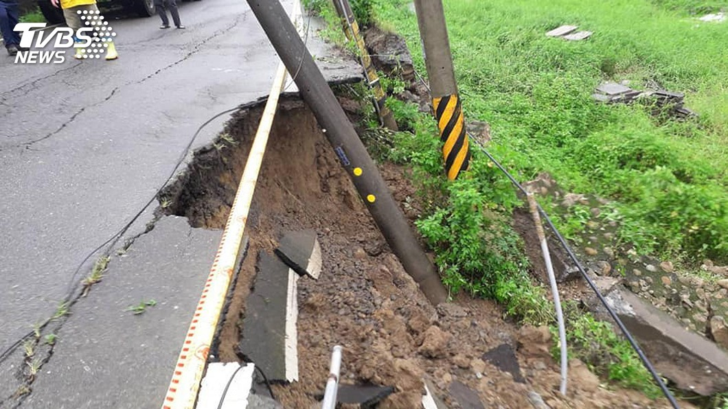 圖/中央社 疑大雨掏空土石 苗40線出現長約30公尺裂縫