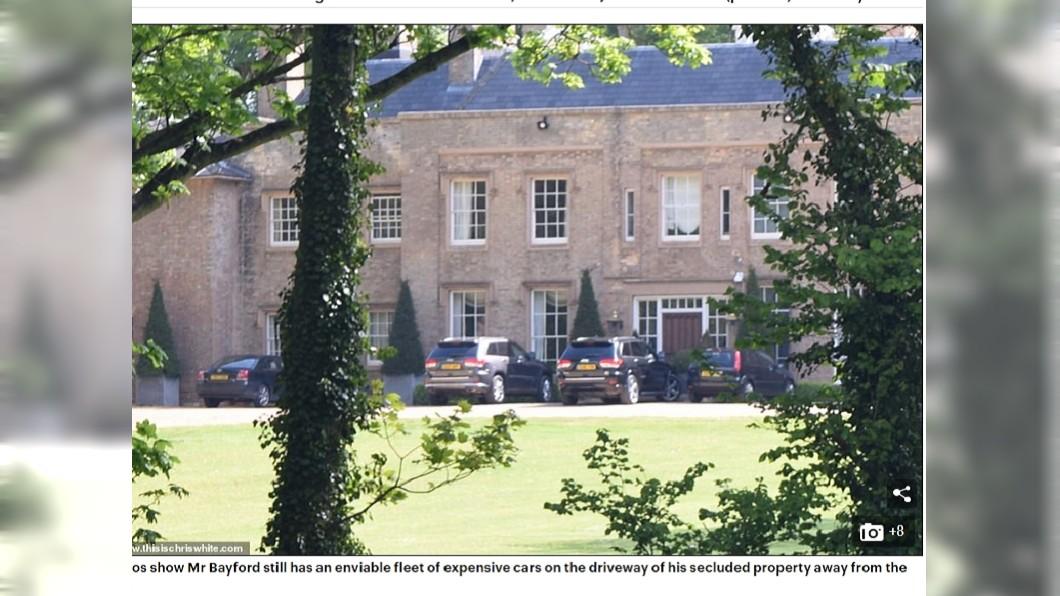 安德里的別墅內有多輛豪車。圖/翻攝自每日郵報