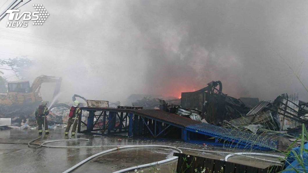 工廠冒火延燒快 台南消防隊員忙整夜
