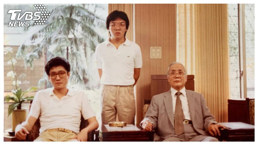賀鳴珩出身迪化街傳奇的廣豐集團家族(中),早年創立第一家期貨公司羅盛豐(Rosenthal),賀鳴珩即以「期貨教父」在台灣金融界闖出名號。去年轉換跑道票選為證券公會理事長,成為台灣金融史上兼具期貨及證券業界公會領袖的第一人。右一為已故父親廣豐集團創辦人賀膺才,左一為已故大哥賀鳴玉。   圖/賀鳴珩提供