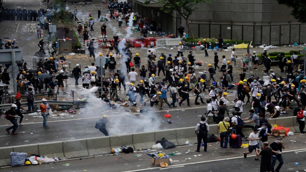 原定「送中」二讀急喊延期 香港人徹夜示威