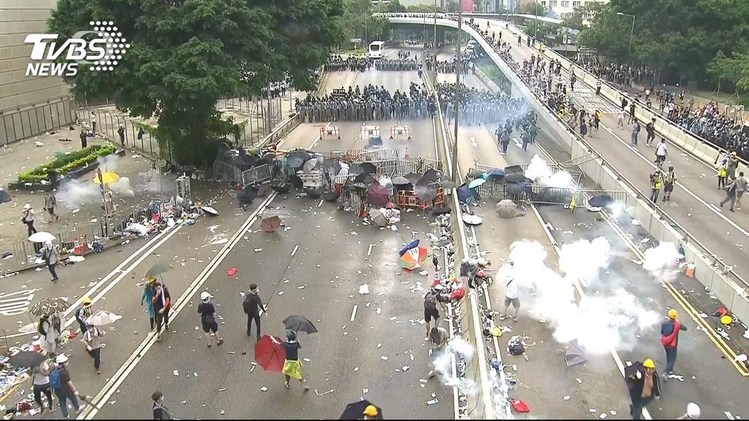 港示威者突硬闖立法會 警丟催淚彈驅離