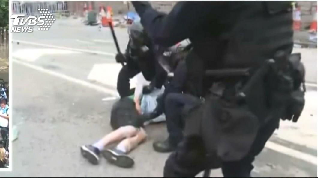 快訊/反送中抗議22傷 群眾夜架路障和警對峙