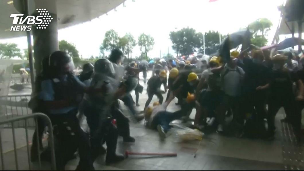 反送中抗爭抓人! 群眾倒地咳血、彈打眼睛
