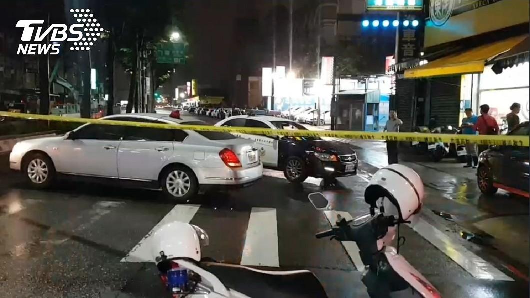 警方緊急封鎖現場,並準備攻堅。圖/TVBS