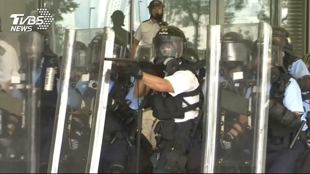 橡膠彈擊中眼! 抗議群眾瞬間「翻身倒地」