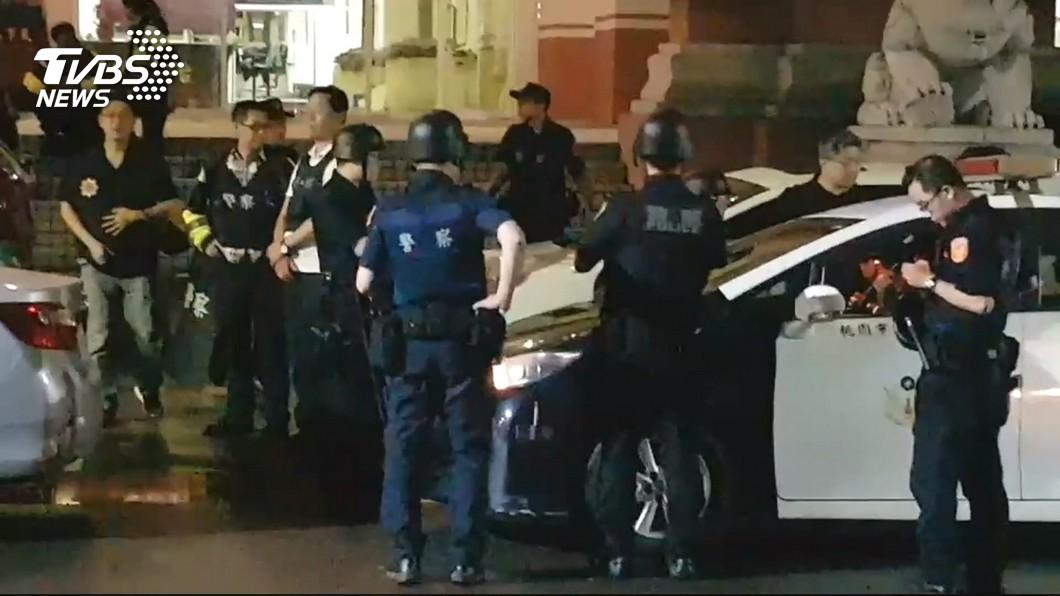 圖/TVBS 快訊/2嫌持槍挾持和警對峙 9人質全部獲釋