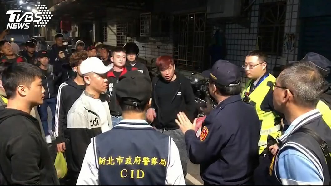 當時聚集超過約50位民眾,跑到這位嬤嬤住家外丟雞蛋抗議,警方到場維持秩序。(圖/TVBS資料圖)