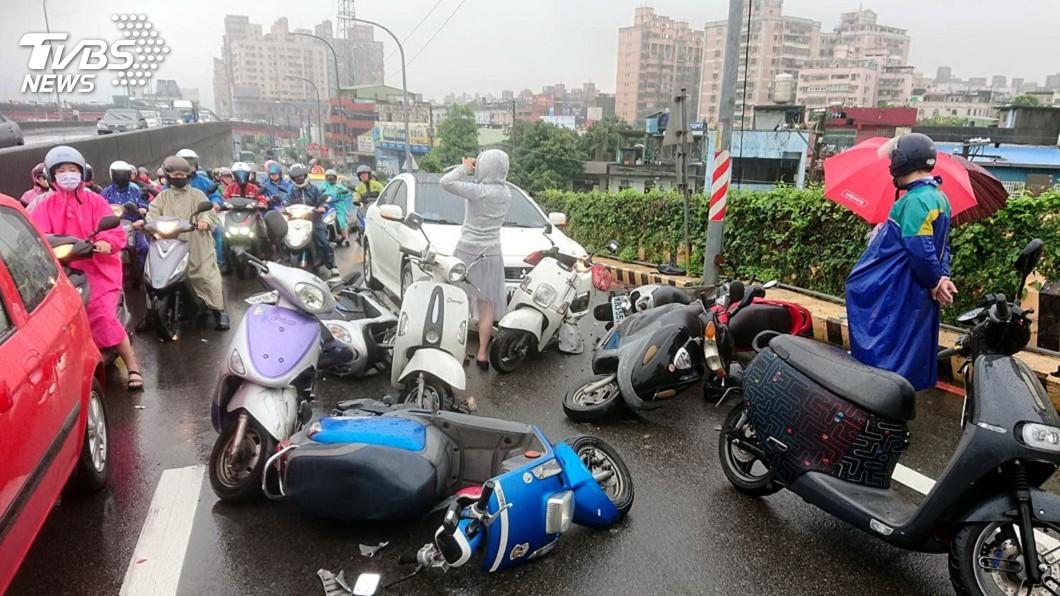 圖/中央社 轎車誤踩油門撞10輛等紅燈機車 5傷者送醫治療
