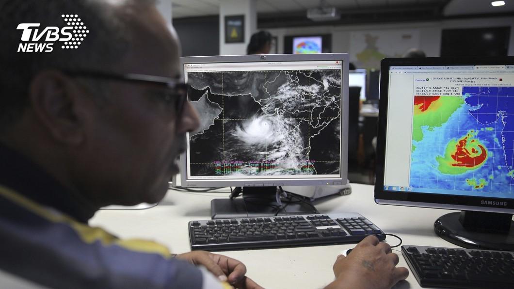 圖/達志影像美聯社 強度達中度颱風 熱帶氣旋直逼印度西北部