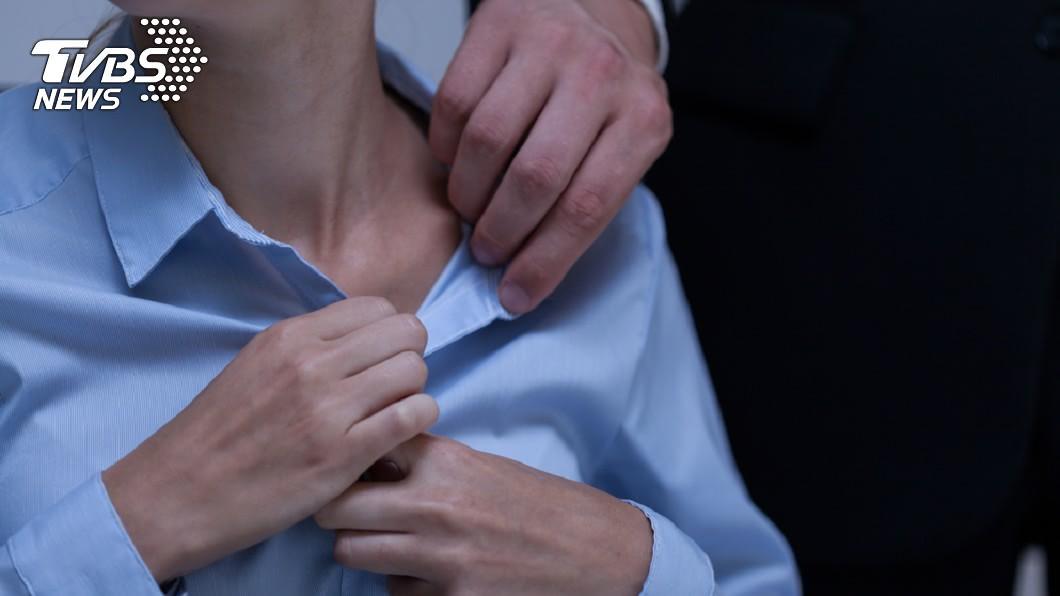 社會上時常傳出男性對女性性騷擾襲胸的事件。(示意圖/TVBS) 機車倒地幫牽起 鮮肉鄰居問熟女:沒交過女友可摸妳胸嗎