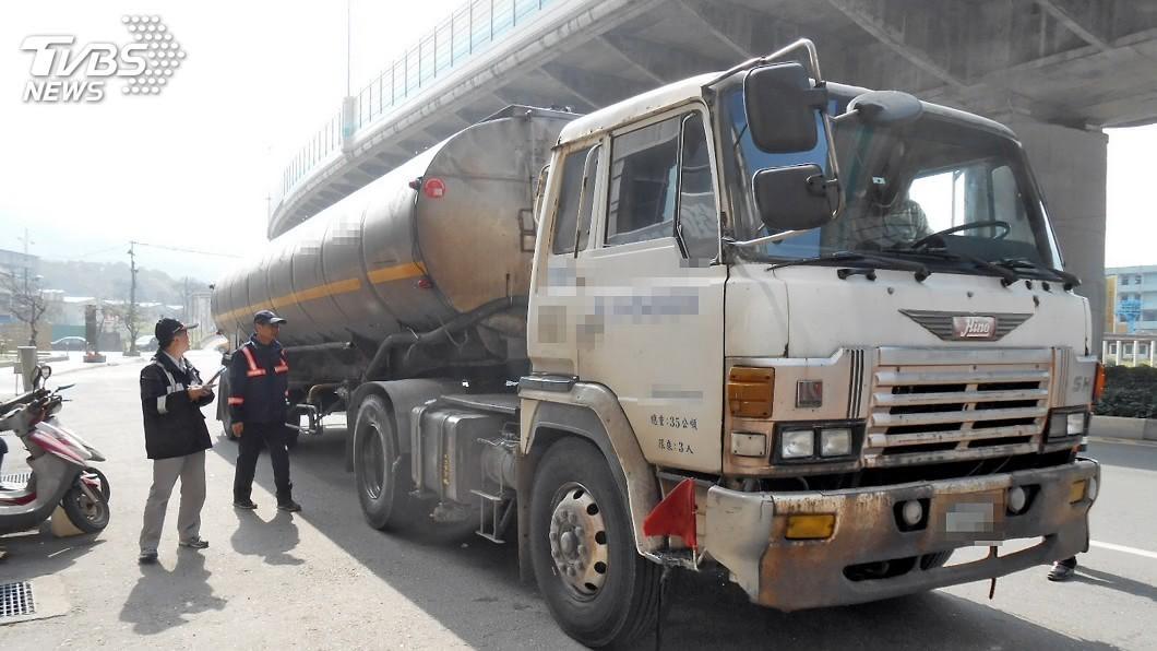 圖/中央社 聯結車超載36餘公噸 開罰近20萬元