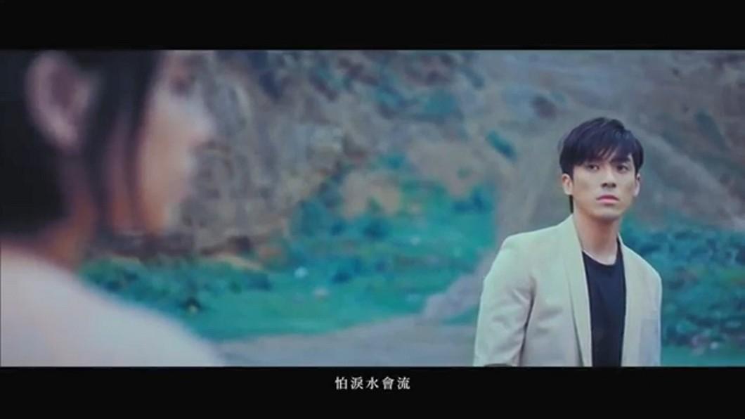圖/翻攝自《孤獨門口》MV